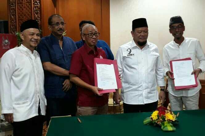 Manajemen Persija Jakarta melakukan sinergi dalam bentuk MoU dengan perusahaan tour travel haji dan umroh Autamaras PT Amijaya Prakarsa, di Hotel Sultan, Jakarta, Senin (20/5). (Adt/NYSN)