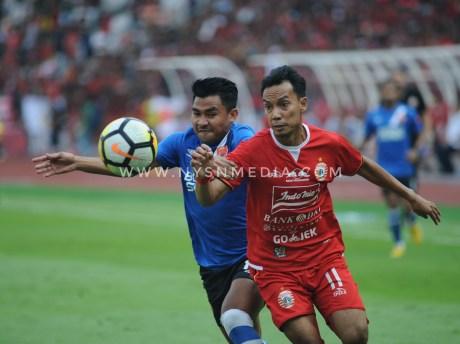 Pemain Persija, Novri Setiawan dan pemain PSM Makassar,