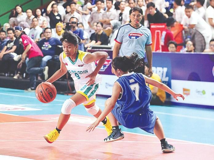 Pemain SMAN 28 Jakarta, Keisha Hasna (kiri) berhasil melewati kawalan dari pemain SMAN 8 Jakarta, Kamis (19/9).