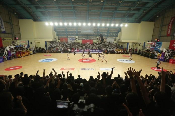 Laga ketat terjadi antara tim putra SMAN 22 Jakarta kontra SMAN 31 Jakarta padapertandingan Opening Party Honda DBL 2019 DKI Jakarta Series-East Region Jumat (27/9) di GOR Pulogadung, Jakarta Timur.