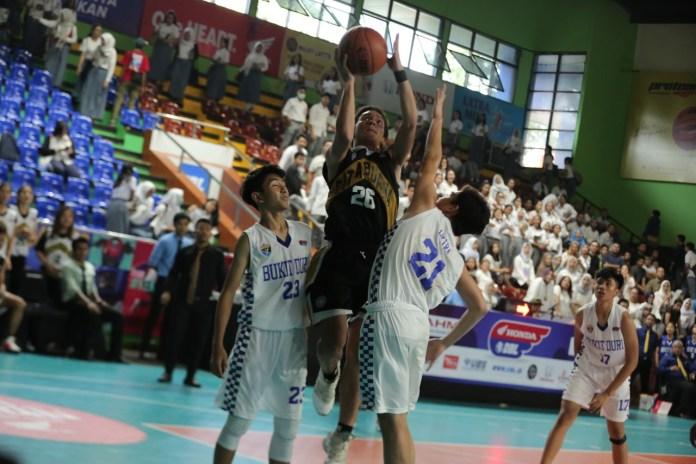 Pemain SMA Cita Buana, Rafael Adwel (tengah) tampil luar bias. Dirinya membukukan 28 poin dan 8 rebound untuk membawa timnya melangkah ke final untuk pertama kalinya.