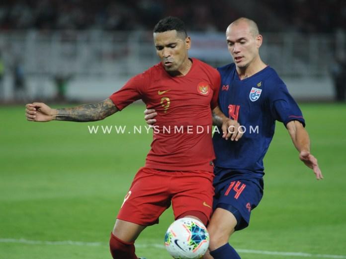 Pemain Indonesia, Alberto Goncalves berduel memperebutkan bola dengan salah satu pemain Thailand Manuel Tom Bhir (Prass/NYSN)