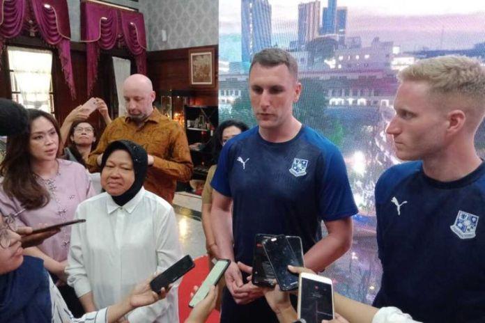 Tri rismaharani dan pelatih Tranmere Rovers