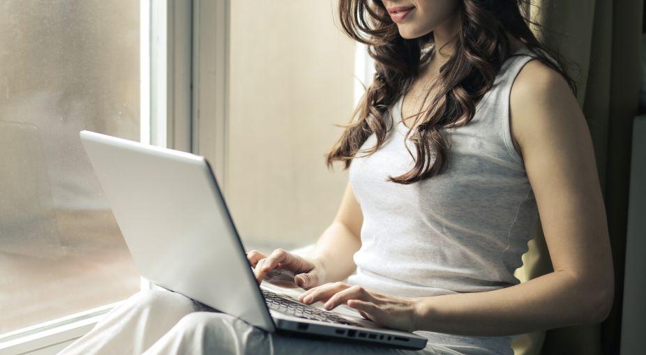 Iza bliver liderlig af at lege med mænd på nettet