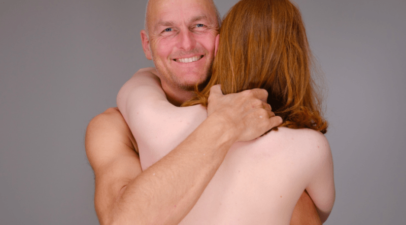 Sex-surrogat Carsten er her sammen med sin nuværende klient, der er fra Malmø: - Hun blev også voldtaget og har haft meget svært ved at åbne sig igen. Foto: Johan Svensson.