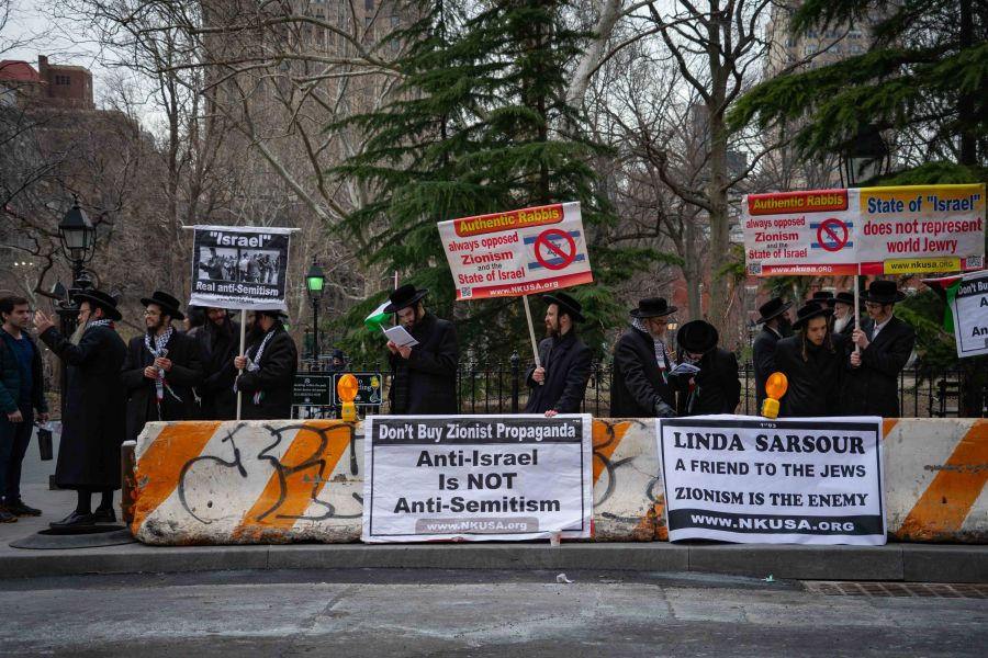 Jewish activist groups oppose Zionism and Israel outside Linda Sarsour's Skirball Talk. (Alana Beyer)