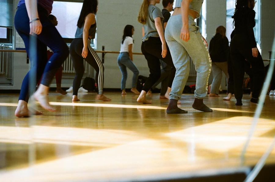 Students in the midst of dance class. (Photo by Anna de la Rosa)
