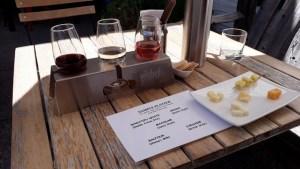ギブストンバレーワイナリーのワインとチーズテイスティングトレイ