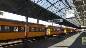ダニーデン駅のタイエリ峡谷鉄道列車