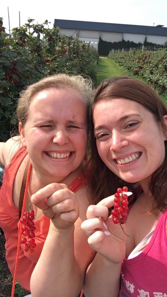 Sarah en Joyce in de zelfpluktuin van O'Bio