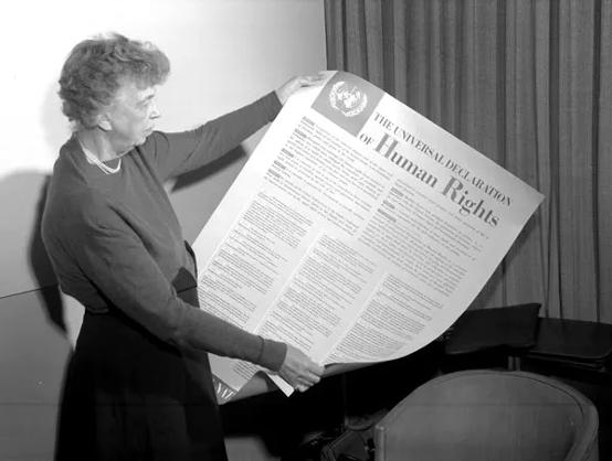 Människorättskämpen Eleanor Roosevelt presenterar FN:s människorättskommissionens  utkast på den allmänna förklaringen om de mänskliga rättigheterna år 1948.
