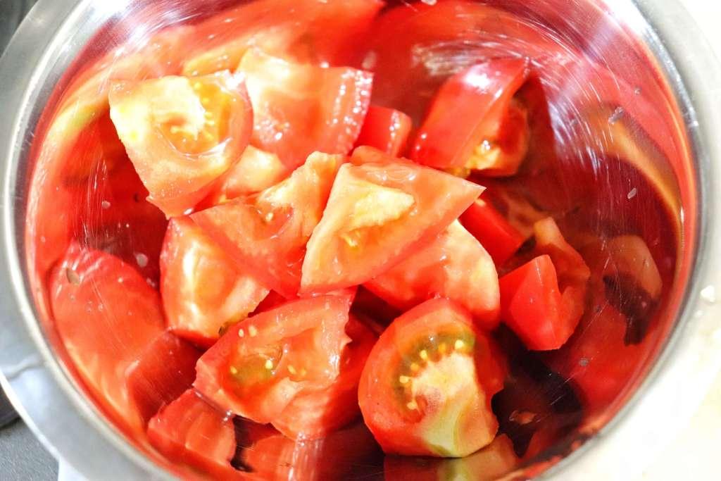 トマトは食べやすい大きさに切る