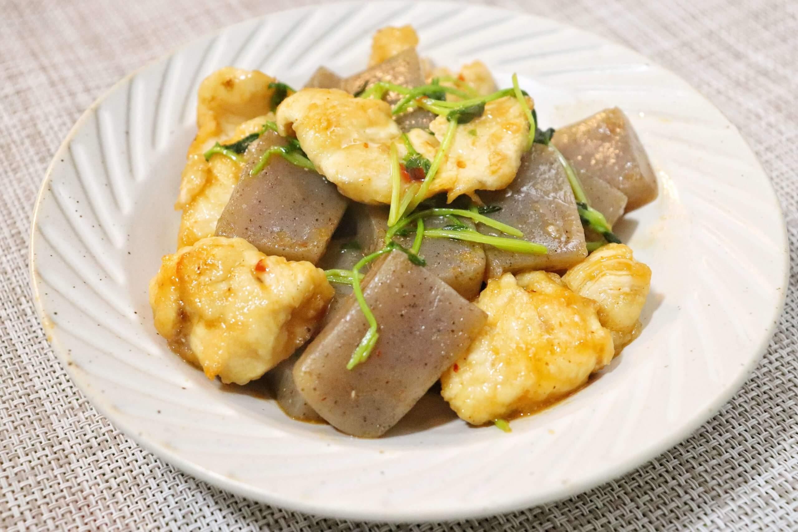 鶏胸肉とこんにゃくのピリ辛豆苗炒め