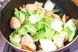 白菜、人参を加えてしんなりするまで炒める