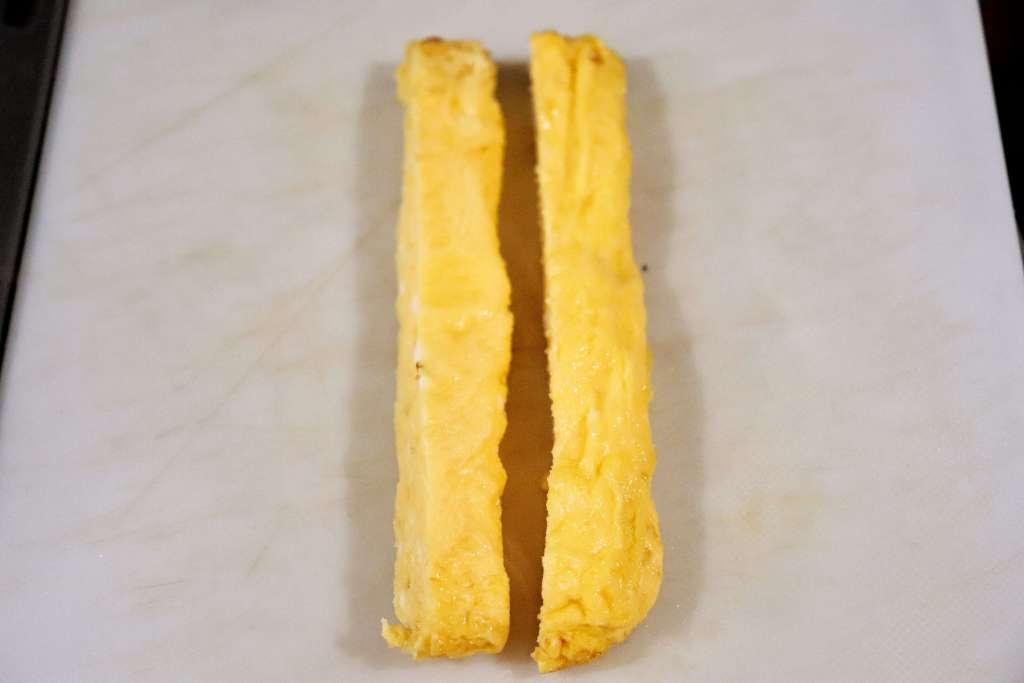 卵を焼いて粗熱が取れたら半分に切る