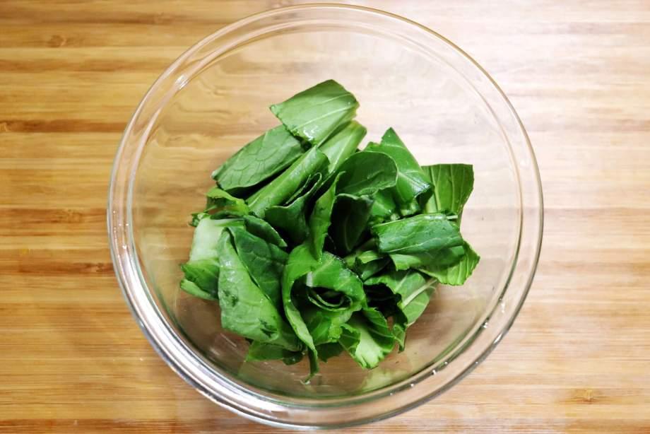 チンゲン菜は食べやすい大きさに切り葉と茎にわける