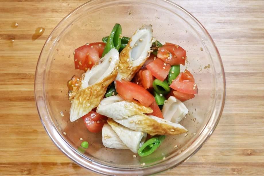トマト、ちくわ、スナップえんどう、調味料を混ぜる