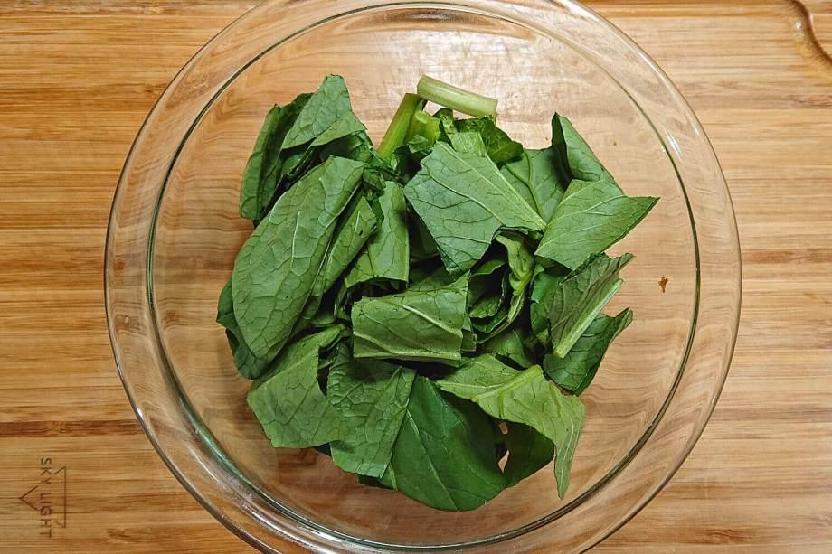 小松菜を切る