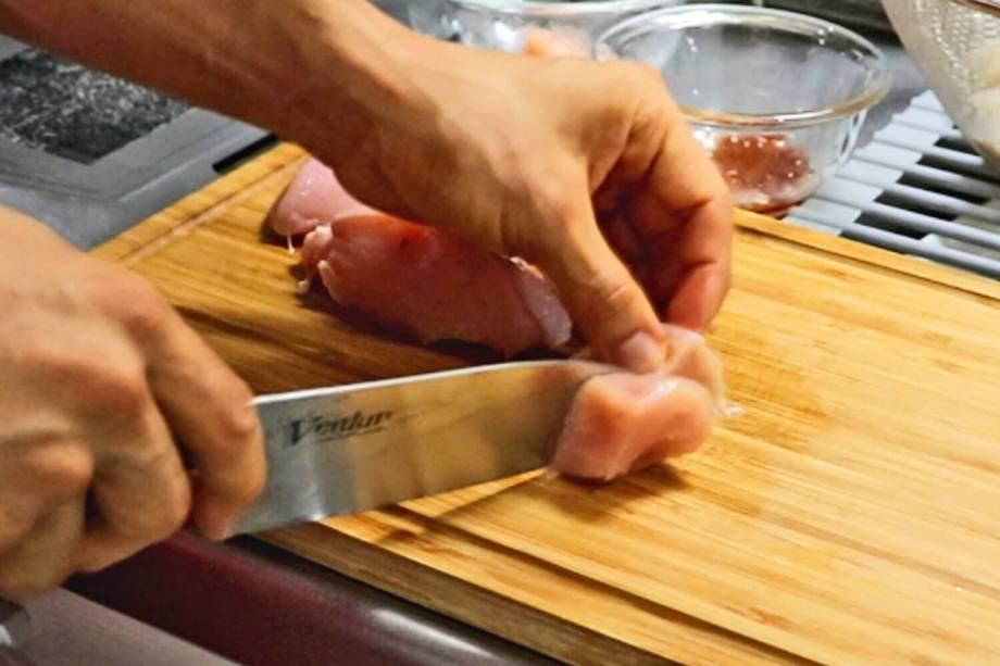 鶏胸肉を切る