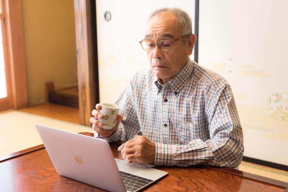 パソコンを見つめる老人