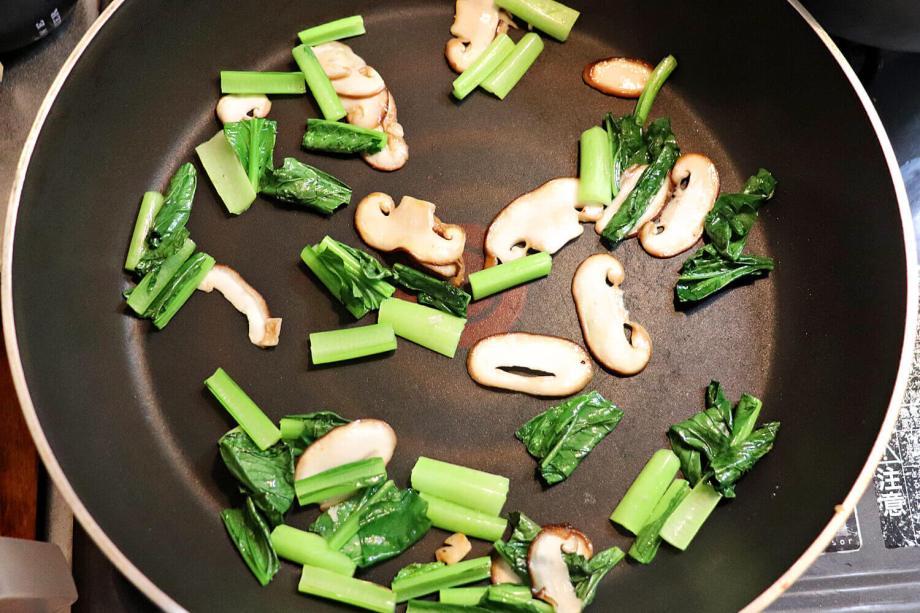 小松菜、しいたけを炒める
