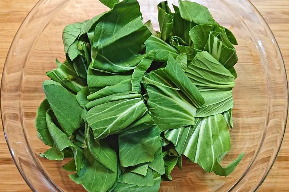 チンゲン菜を切り葉と茎に分ける