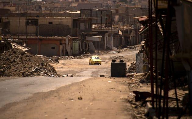 Un vehículo circula entre los residuos que quedan del oeste de Mosul