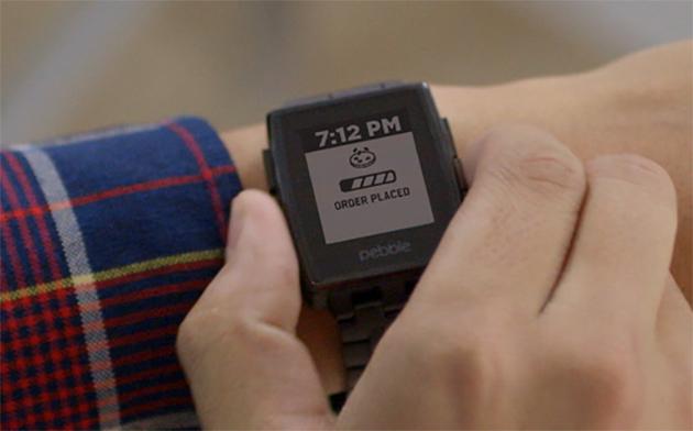 Segua lordine del vostro domino via uno smartwatch del ciottolo