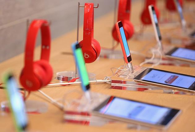 A Apple iPhone 5c e algumas batidas auscultadores