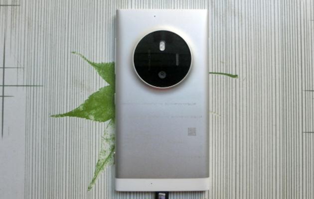 Il telefono di Lumia cola con i 1020 come la gobba della macchina fotografica