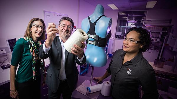 Del reggiseno le spinte bioniche automaticamente ed allenta per mantenere i vostri seni