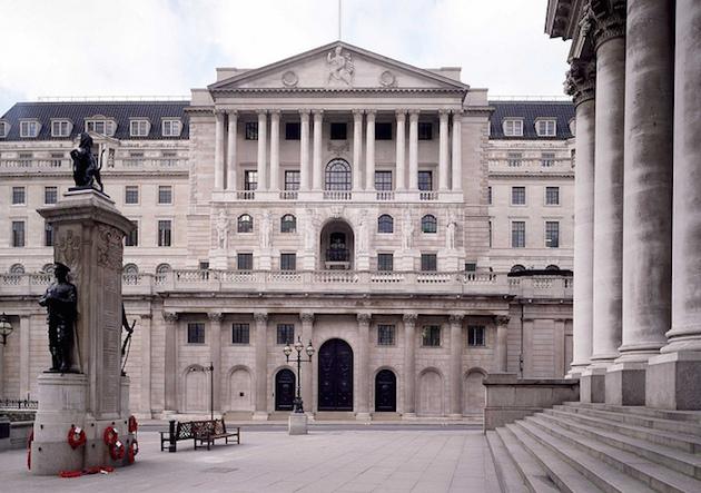 La banca di Inghilterra sta usando Facebook e Twitter per aiutare i tassi di interesse stabiliti