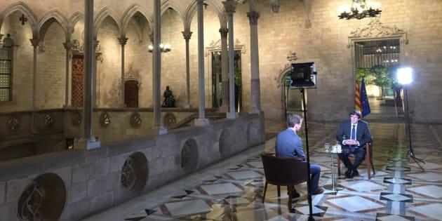 El president catalán, Carles Puigdemont, atendiendo al reportero de la BBC, Tom Burridge, en el Palau de la Generalitat.