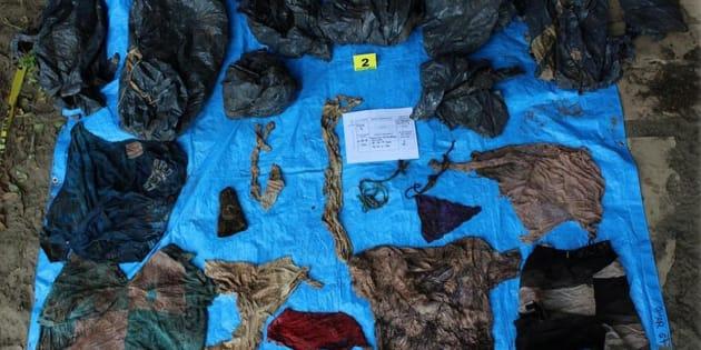 Parte de los restos hallados en una fosa aún sin ubicar en Veracruz. Allí se encontraron al menos 200 prendas de vestir, 114 identificaciones y otros objetos personales de las víctimas.