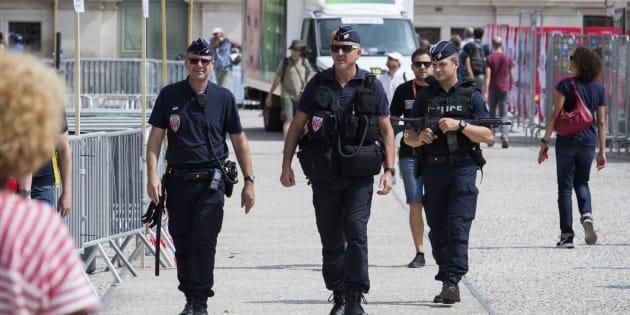 Varios policías patrullan por la urbe francesa de Nimes, donde ha empezado la Vuelta a España.