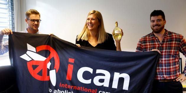 Miembros de ICAN, entre ellos la directiva Ejecutiva, celebran el Nobel de la Paz 2017.