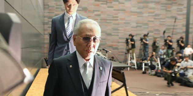 記者会見で辞任を表明し、退席する日本ボクシング連盟の山根明会長。連盟内から助成金流用や強権的な組織運営などを告発され、自ら反社会的勢力との関係を認めるなどして混乱を招いたが、辞任の理由は明確にしなかった=8日、大阪市北区