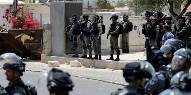 Uniformados de la Policía de Fronteras de Israel vigilan el rezo de los palestinos musulmanes fuese de la urbe antigua de Jerusalén, el pasado viernes.