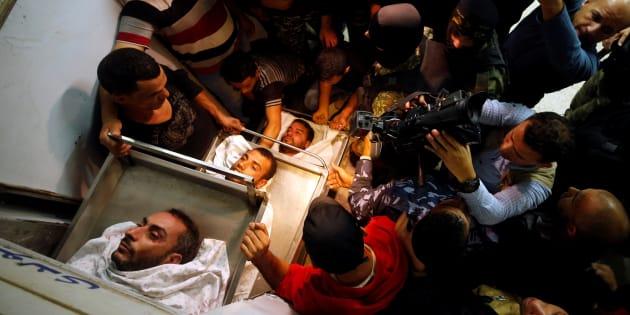 Familiares, amigos y personal próximo a la Yihad Islámica, junto a los cuerpos de 3 de los fallecidos, en una morgue de Gaza.