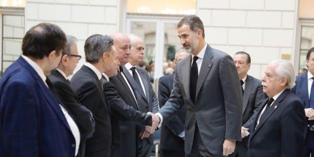 El rey saluda a los fiscales a su llegada a la capilla ardiente del fiscal general del Estado José Manuel Maza.