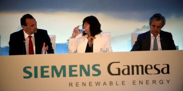 Markus Tacke, Rosa Maria Garcia y Carlos Rodriguez Quiroga, dirección de Siemens Gamesa en Zamudio. REUTERS/Vincent West