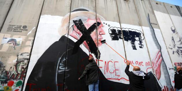Palestinos pintan una