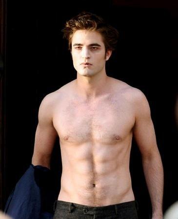 Robert Pattinson sem camisa