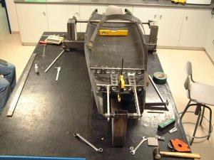 pieza de carbono y subchasis metalico montados