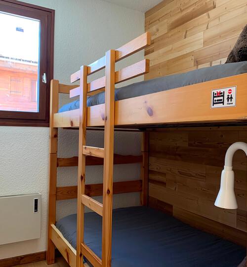 La chambre cabine du Chèvrefeuille avec ses 2 lits superposés et sa fenêtre sur l'extérieur
