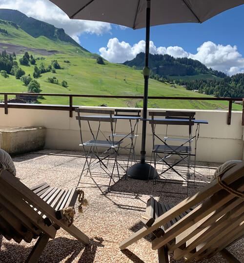 La terrasse du Chèvrefeuille avec vue sur les montagnes et le domaine skiable