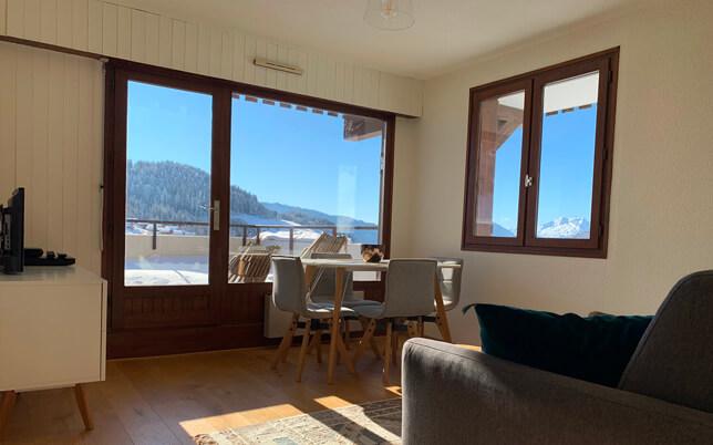Le salon du Chèvrefeuille avec vue sur les montagnes et le domaine skiable