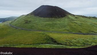ภูเขาไฟ Helgafell จากการปีนภูเขาไฟ Eldfell