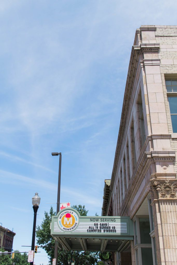 MITCHELL'S ICE CREAM CLEVELAND, OHIO - Love this fun & easy summer travel style