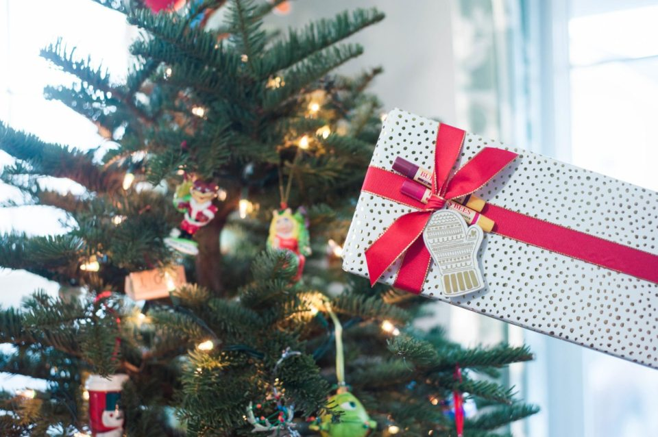 Add pops of FUN to your gift wrap this year! Gift Tags are almost essential when it comes to Christmas Wrapping and if you are feeling up for something a little different, I want to share with you some ways you can spice up your gift wrap! (click through to read more!) @burtsbees #ad